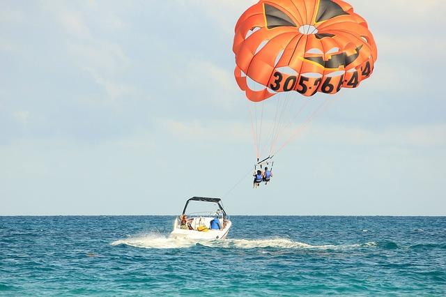 parasailing-347350_640