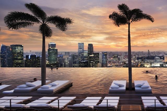 Бассейн на крыше 57 этажа в Сингапуре