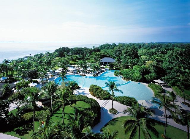 Бассейн в отеле Шангри-ла