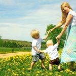 Чем занять ребенка: 12 веселых игр для взрослых и детей на улице