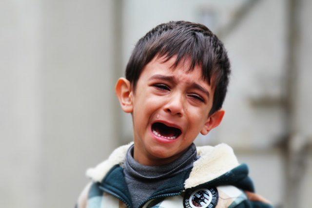 ребенок истерит на улице