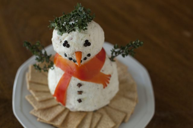 how-to-make-snowman-cheeseball-800x533