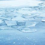 Почему вода не замерзает под толстым слоем льда?