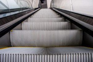 Почему в метро поручень движется быстрее, чем ступеньки?