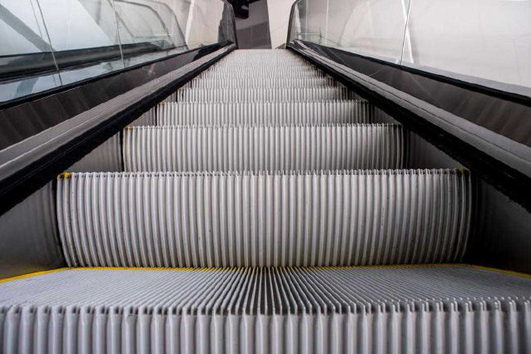 Почему в метро поручень движется быстрее чем ступеньки