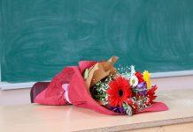Что подарить учителю на выпускной: 9 полезных и нужных презентов